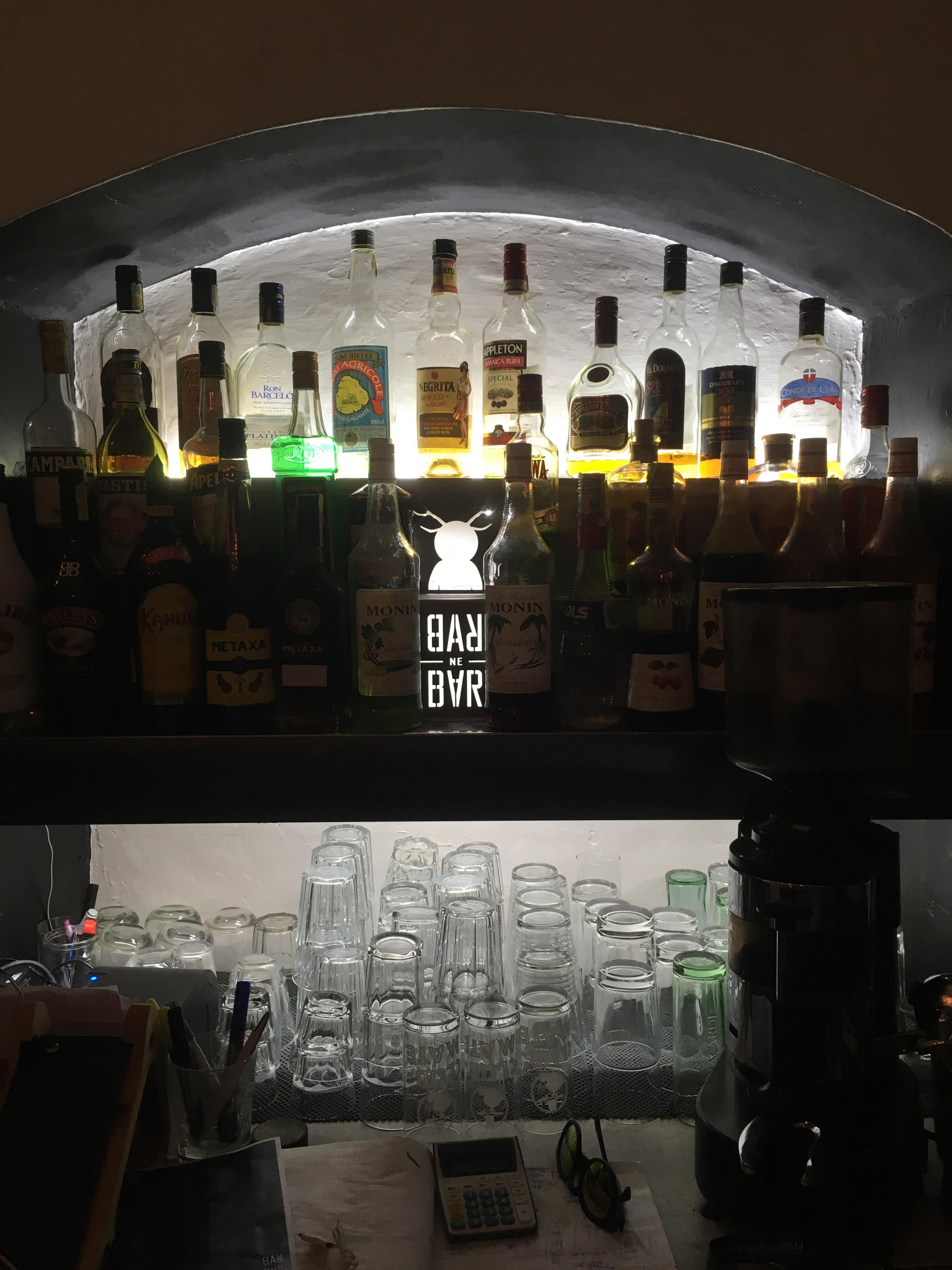 Podsvícený regál Bar ne bar