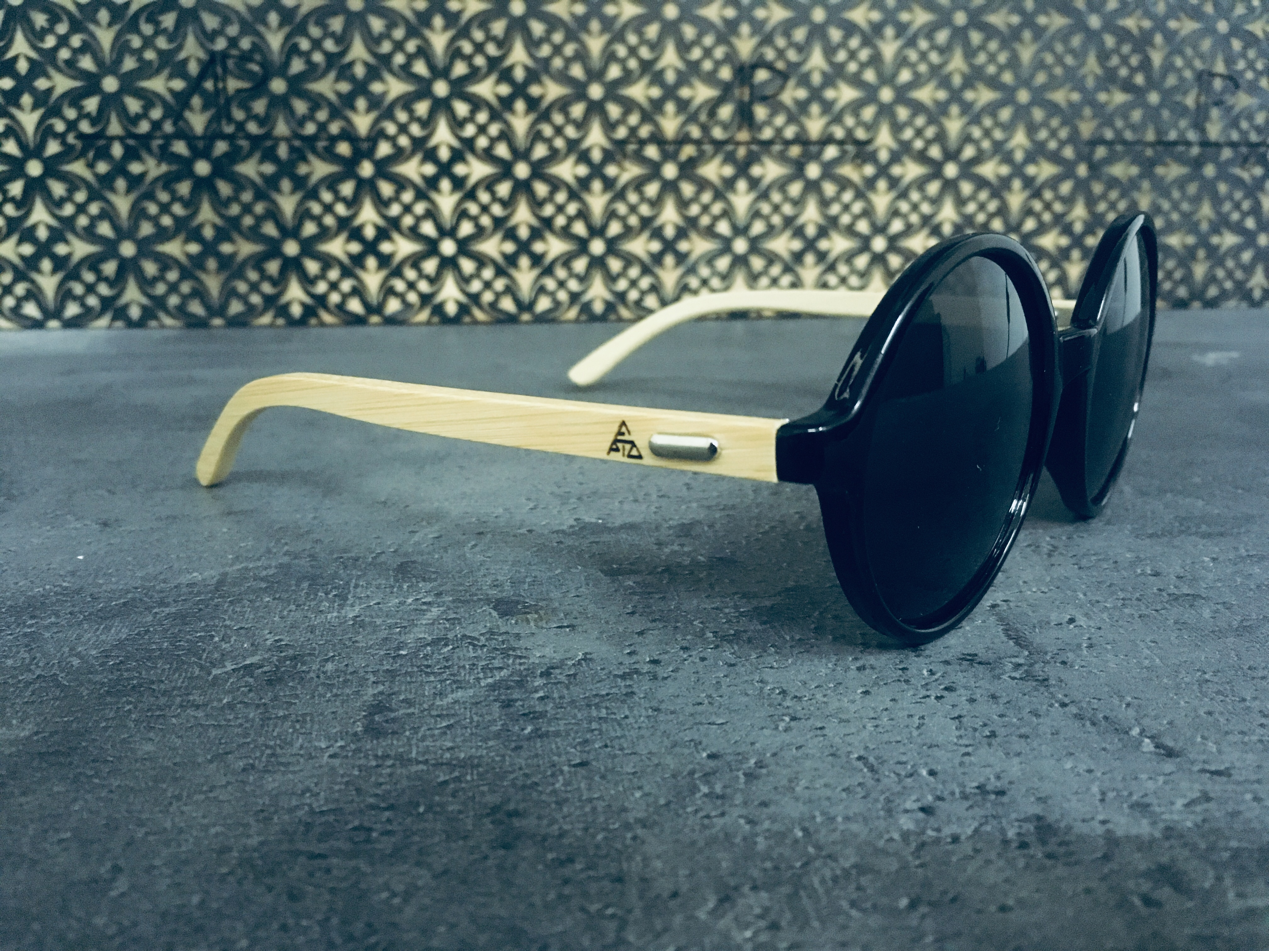 Gravírování bambusových nožiček brýlí