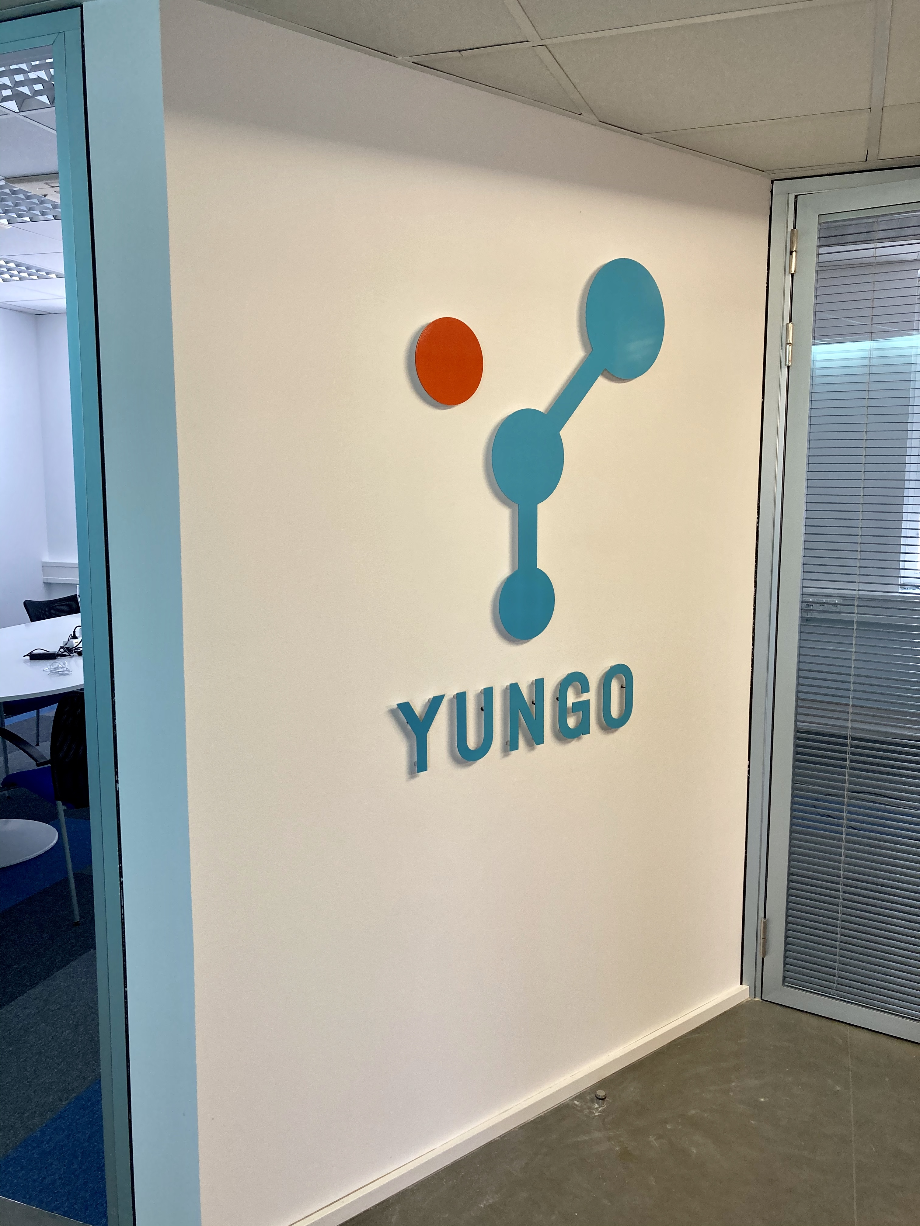 logo, podsvícené logo, interierové logo, logo do kanceláře